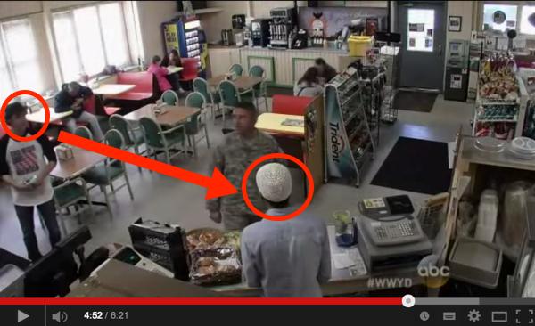 Lelaki Ini Hina Pekerja Muslim Itu 'Terrorist'. Perhati Reaksi Tentera Itu. Macam Tak Percaya!